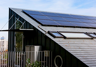 家の屋根に設置されたソーラーパネル